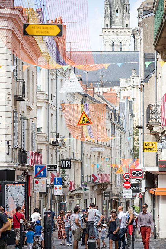 """Rue décorée façon """"chantier"""" pour les Accroche-coeurs."""