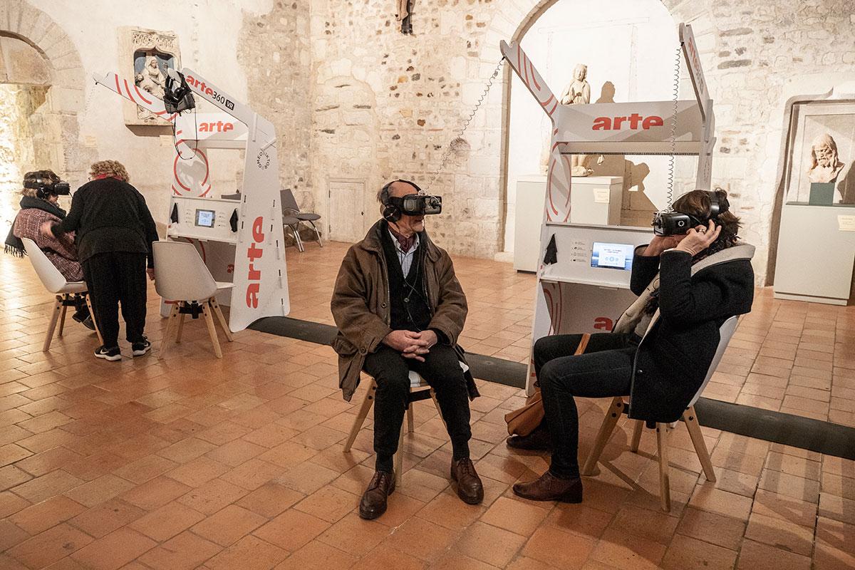 """""""Mirages & Miracles"""": installations en réalité augmentée et réalité virtuelle par Adiren M & Claire B, à la collégiale Saint-Martin."""
