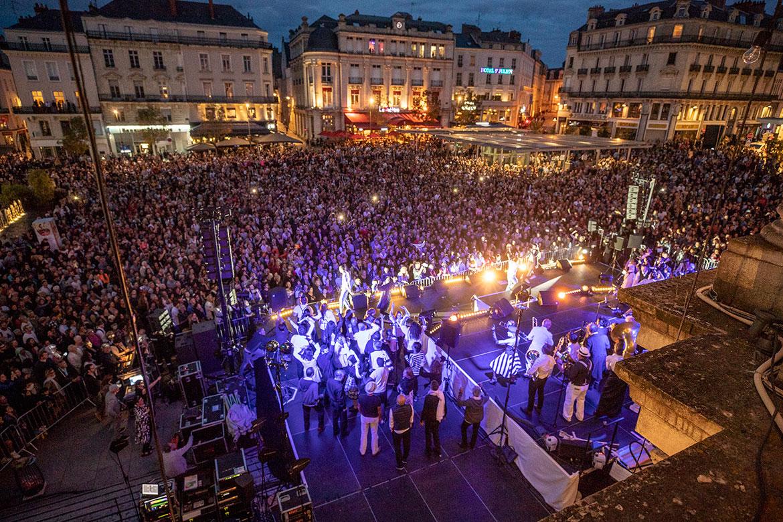 Créée en 1999 pour la première édition des Accroche-coeurs et séparée en 2014, la fanfare Jo Bithume s'est reformée pour l'occasion.