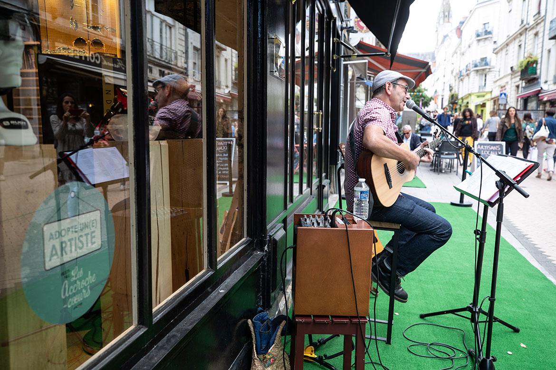 """""""Adopte un artiste"""" permet aux artistes locaux de participer au festival, invités par les commerçants du centre-ville."""