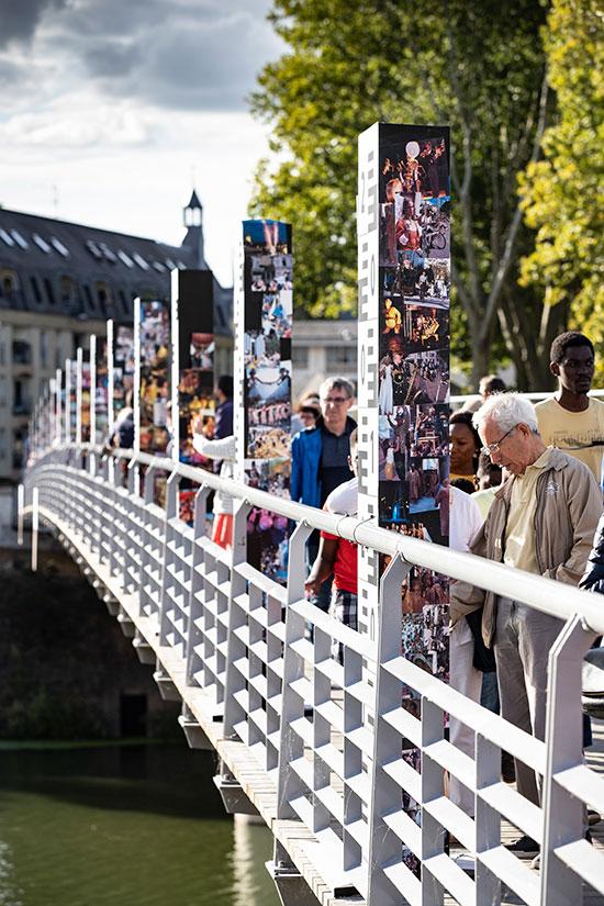 Sur des échelles de crue, pont des Arts-et-Métiers, 20 ans d'Accroche-coeurs en photos.