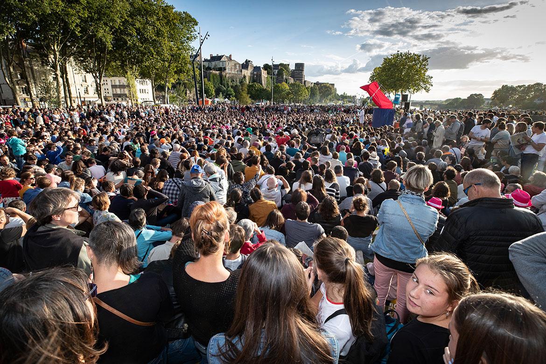 Le public au rendez-vous esplanade Coeur de Maine pour suivre une compétition de haut vol: le championnat du monde d'aquatisme.