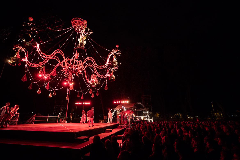 """Un lustre géant pour musiciens et danseurs: """"Cristal Palace"""" place de La Rochefoucauld."""