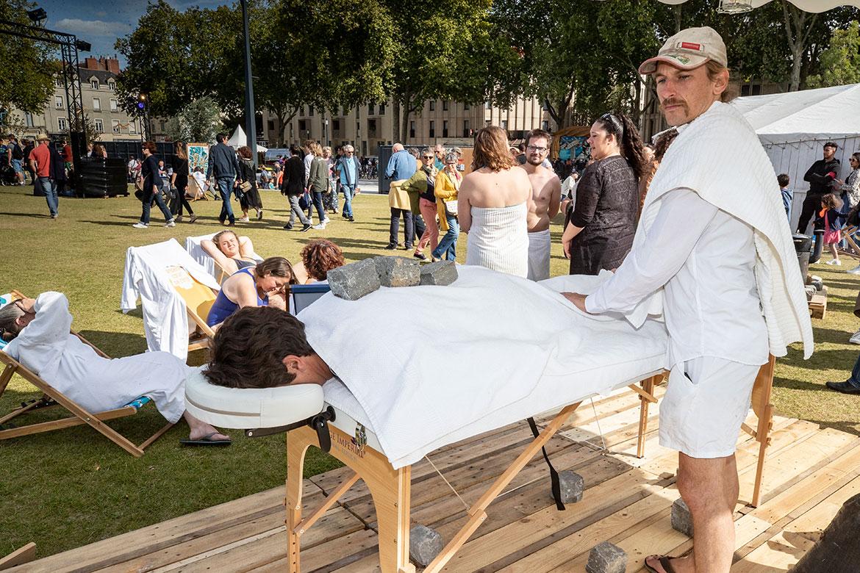 Massage aux pierres chaudes: les Accroche-coeurs aux petits soins des festivaliers.
