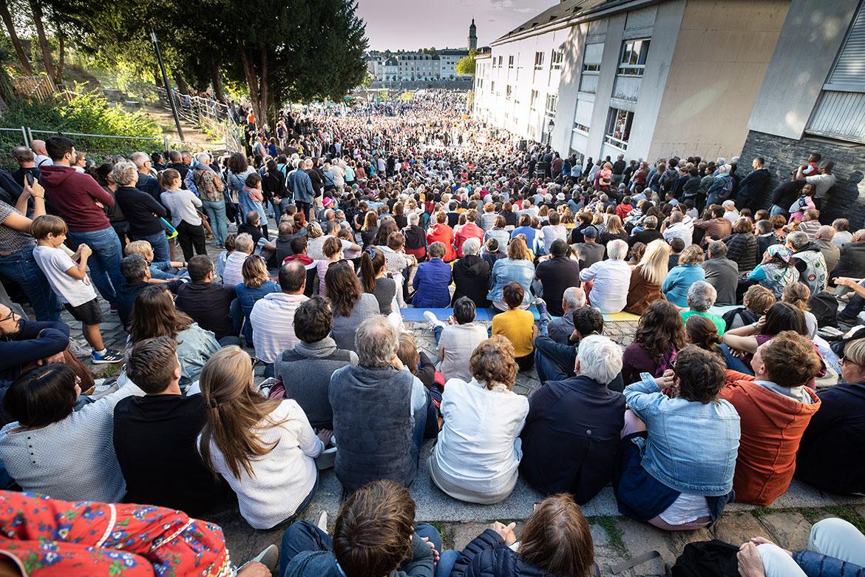 La foule montée Saint-Maurice pour la cérémonie de clôture, avec les Jo Bithume en grande pompe.