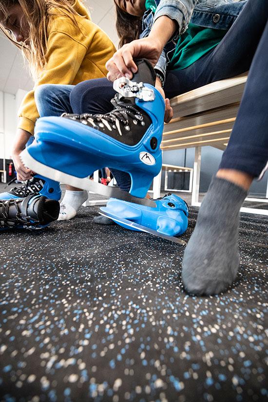 Suite au spectacle inaugural, il était temps pour les Angevins de chausser les patins.