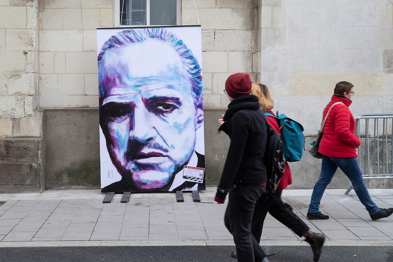 Dans les rues du centre-ville, portraits géants de réalisateurs, acteurs et actrices, réalisés pars l'artiste AL1.