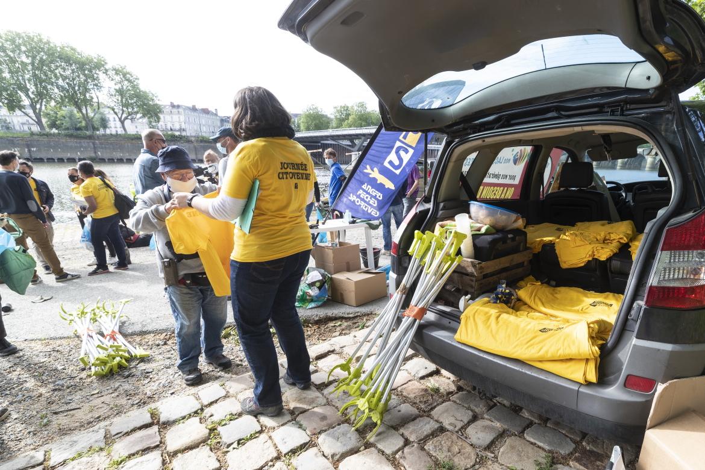 Photo de ramassage des déchets sur les rives de la Maine