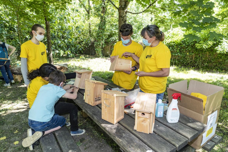Photo de la réalisation de nichoirs à oiseaux pour les parcs de la ville.