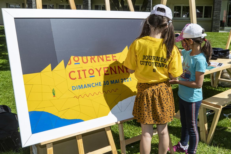 Photo de reconstitution d'une fresque avec jeu de piste dans le centre-ville.