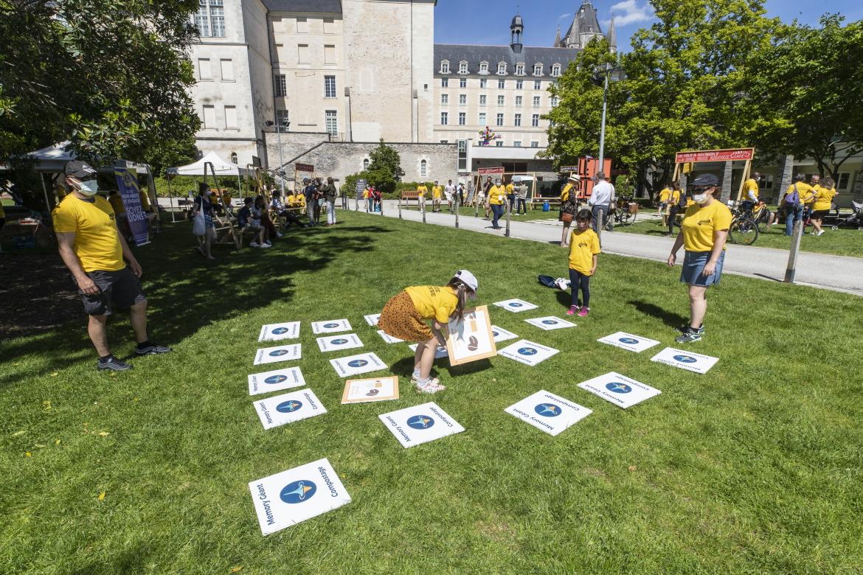 Photo du jeu de memory géant au jardin du Musée-des-Beaux-Arts.