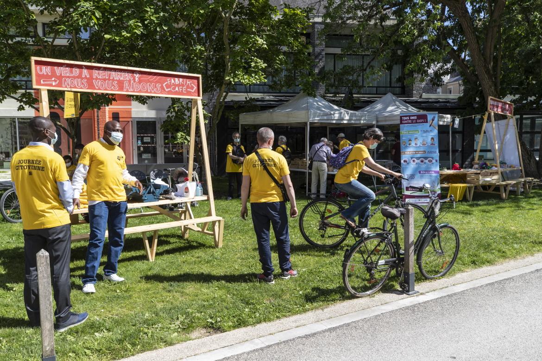 Photo de réparation de vélos avec les bénévoles de Fabrik Café.