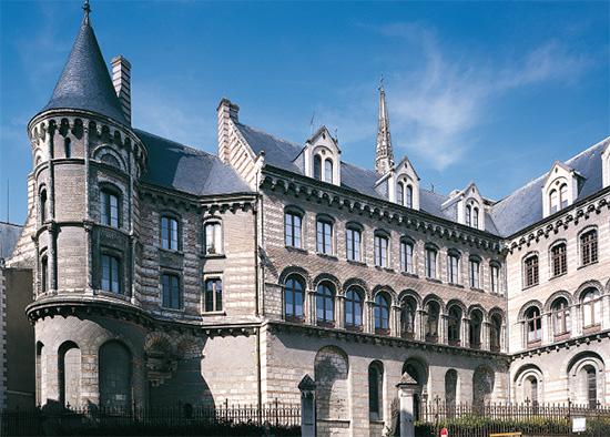 Le palais épiscopal, depuis la rue de l'Oisellerie.