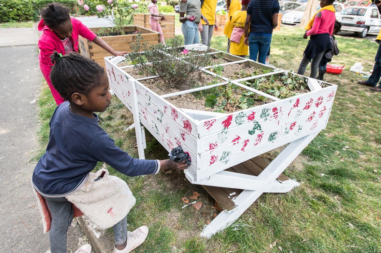 """Rencontre intergénérationnelle """"mixons-nous"""" à Savary-Giran, avec décoration de bacs de jardinage."""
