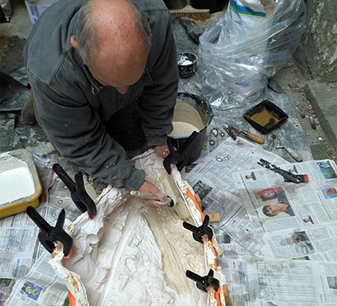 Utilisation d'un moule en latex pour tirer une reproduction.