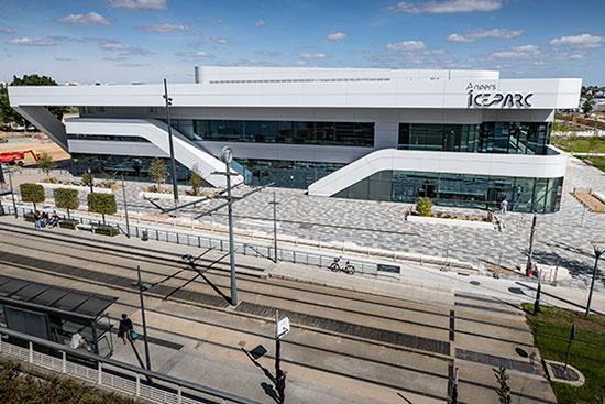 Face au multiplexe, Angers Iceparc bénéficie de la proximité immédiate du tramway.