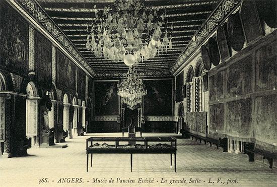 Musée de l'ancien évéché installé dans la salle synodale.