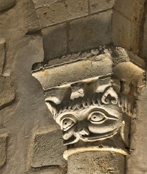 Salle basse, chapiteau représentant un animal imaginaire.