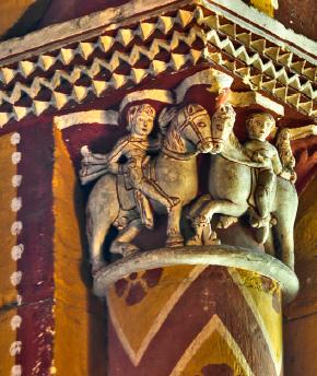 Salle synodale, chapiteau historié représentant une chasse au faucon.