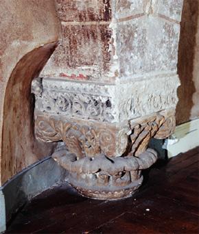 Vestiges des trois arcades intérieures de la salle synodale: détail d'un chapiteau.