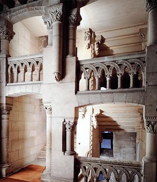 L'escalier d'honneur du 19e siècle, vu depuis le vestibule du premier étage.