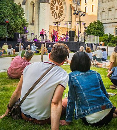 Photo de concert dans le jardin du musée des Beaux-arts.