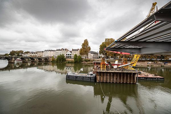 Pont des Arts et Métiers: un premier tronçon de l'ouvrage installé