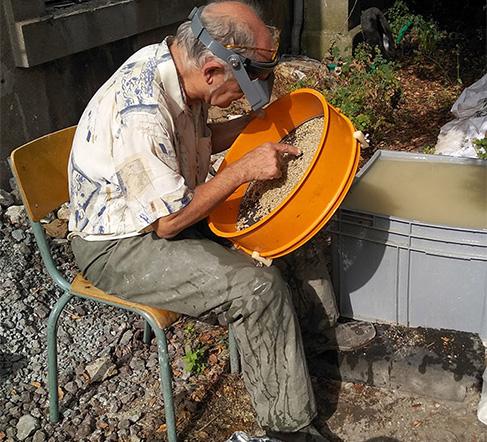 Les refus de tamis sont inspectés à la loupe, pour trouver d'éventuels fragments.