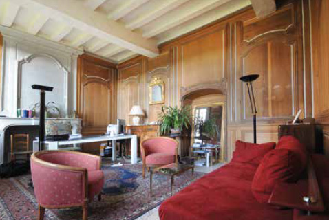 Vue du salon lambrissé du rez-de-chaussée.