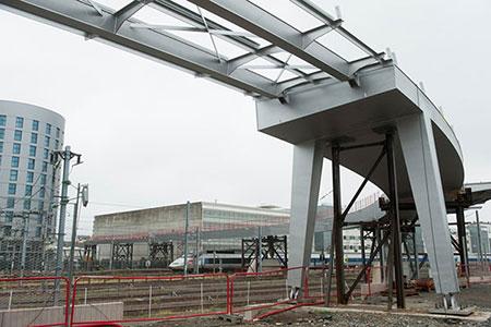La nouvelle passerelle qui reliera la gare à la place Giffard Langevin ainsi que les deux versants du quartier d'affaires Cours Saint Laud sera terminée comme annoncé à la fin de l'année.