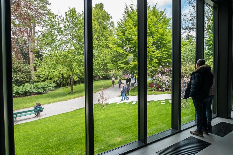 Une avancée vers l'arrière du centre amène une ouverture valorisée sur le jardin des plantes.