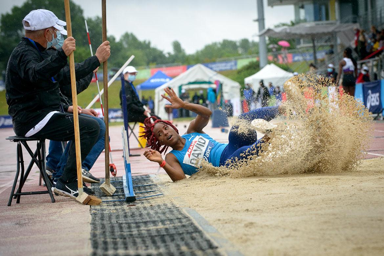 Photo de Yanis-Esmeralada David, qui s'impose en saut en longueur.