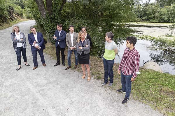 Photo de la pose d'un filet anti-pollution à l'étang Saint-Nicolas.